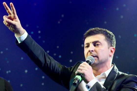 У першому турі президентських виборів на Україні комік Володимир Зеленський обійшов чинного президента Петра Порошенка, однак
