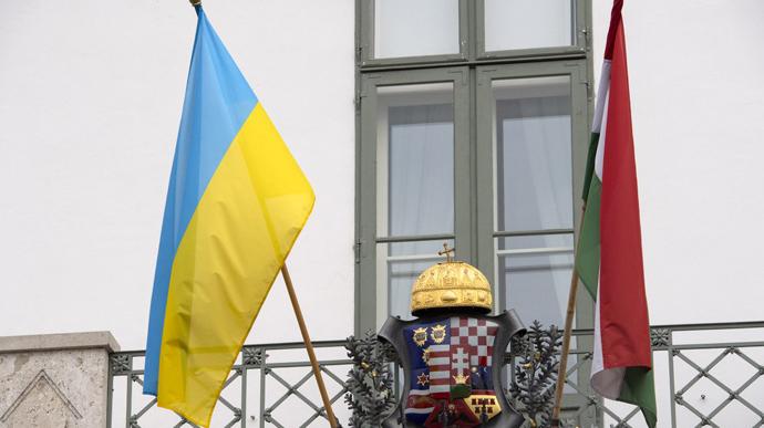 Посольство Венгрии в Украине утверждает, что депутаты Суртивской пели старую молитву венгров во время присяги, которая лишь позже стала национальным гимном Венгрии.