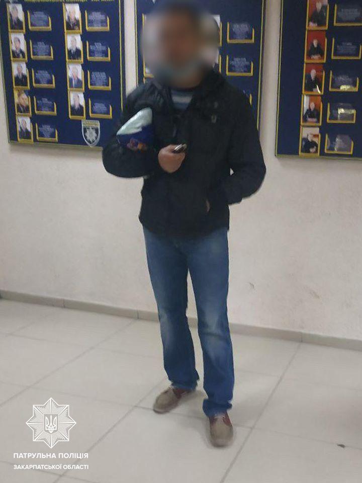 Ужгородські патрульні розшукали ймовірного крадія, який повернувся на місце злочину.
