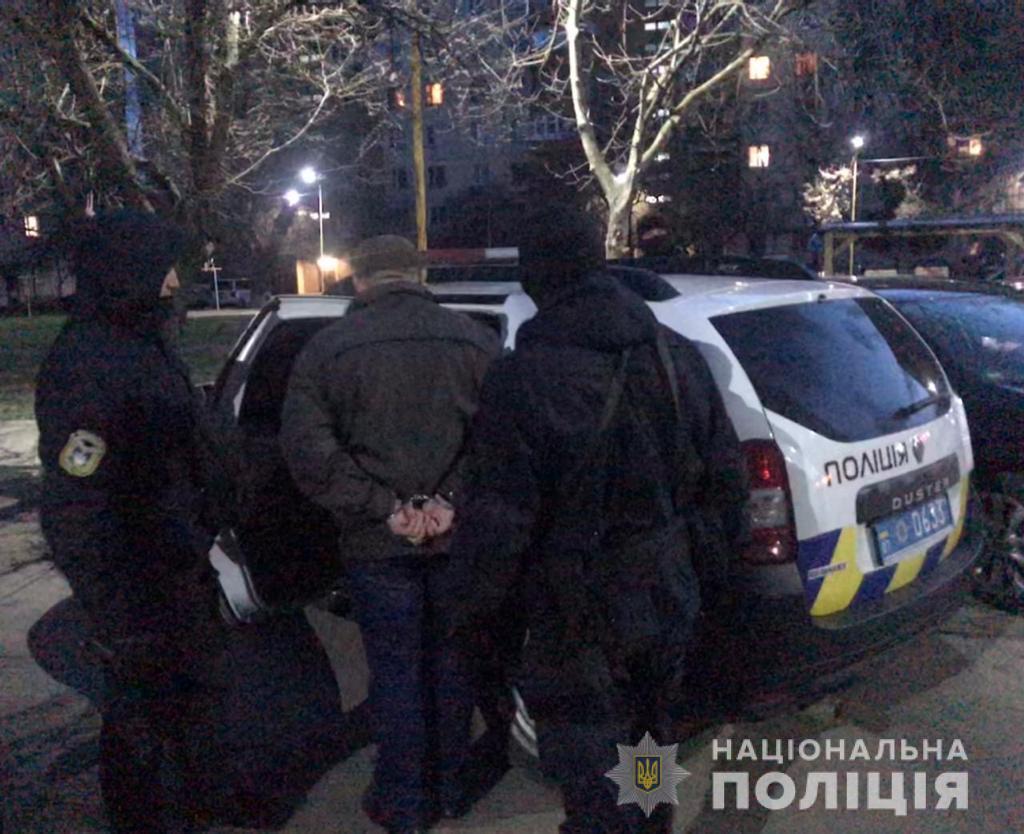 В Ужгороді 53-річний чоловік, на грунті неприязних відносин, поранив ножем свого 30-річного сусіда. Окрім цього незаконно заволодів його мобільним телефоном.