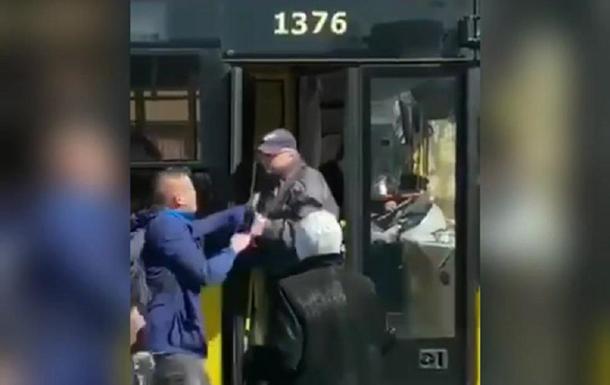 Незадоволений обмежувальними заходами в транспорті пасажир накинувся на водія і викинув його з салону.