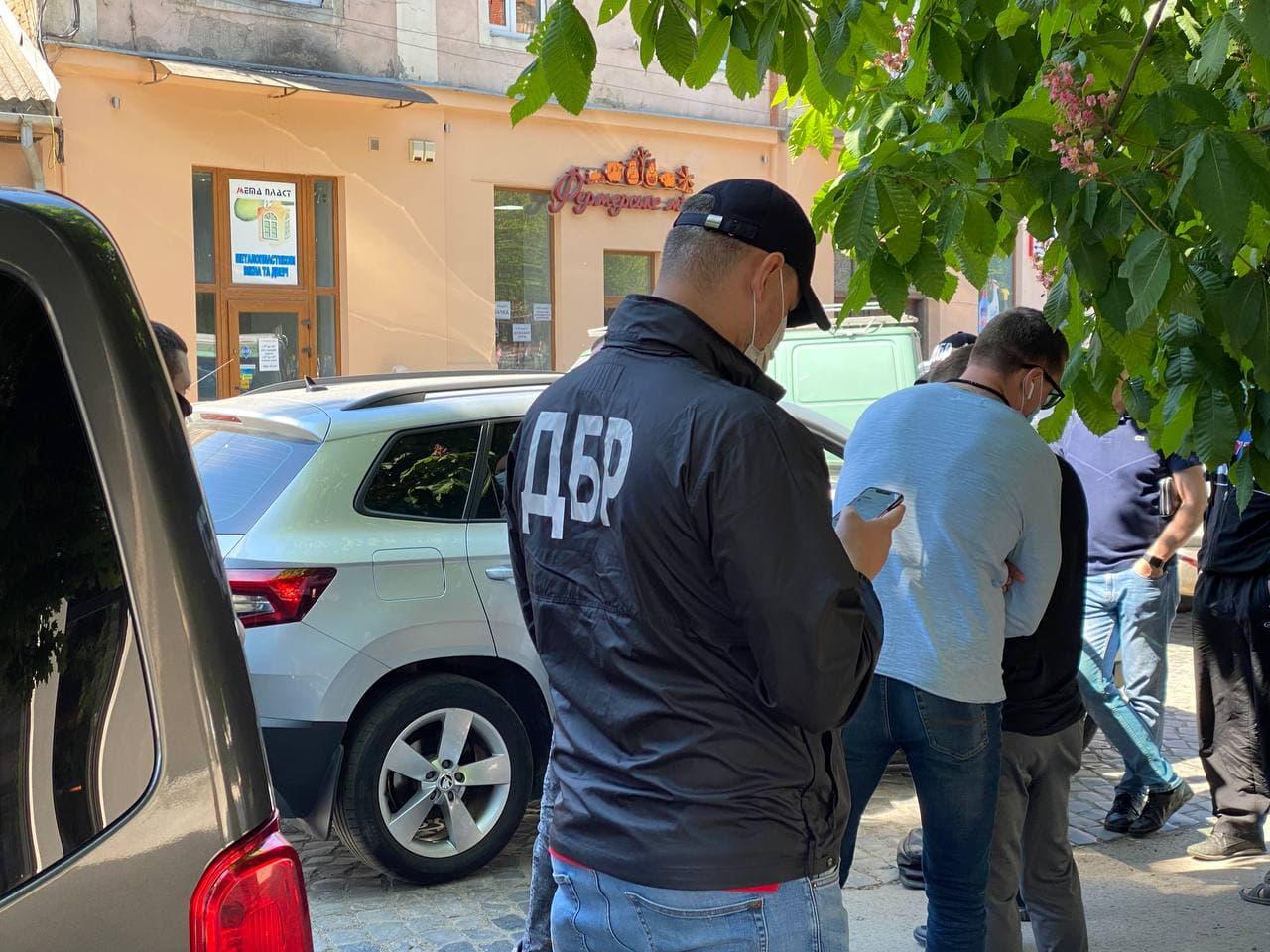 ДБР затримало двох працівників Державної податкової служби в Закарпатській області, які, діючи за попередньою змовою, вимагали у підприємця неправомірну вигоду за звільнення від сплати податків.