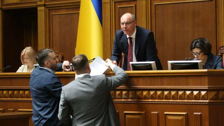 Вже четвертий тиждень після президентських виборів парламент не може визначитися з датою інавгурації новообраного президента Володимира Зеленського.