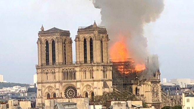 У столиці Франції загорівся Собор Паризької Богоматері, кажуть місцеві пожежники.