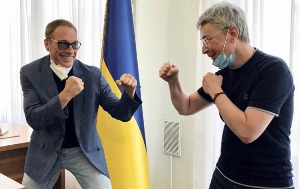 Зйомки стрічки вже стартували в Києві. За сюжетом, дії комедійного бойовика розгортаються у Франції.