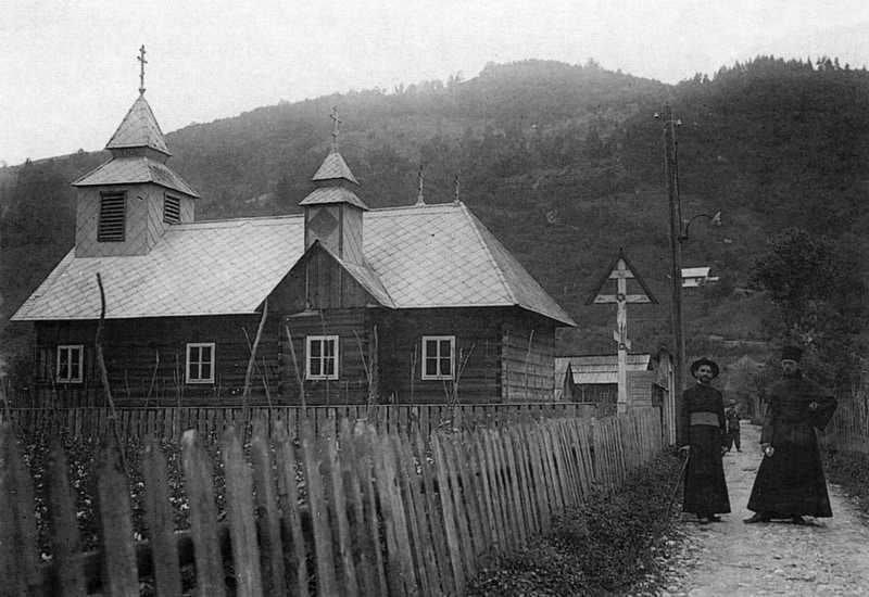 Старая деревянная церковь в черно-белом цвете в 1930 году.