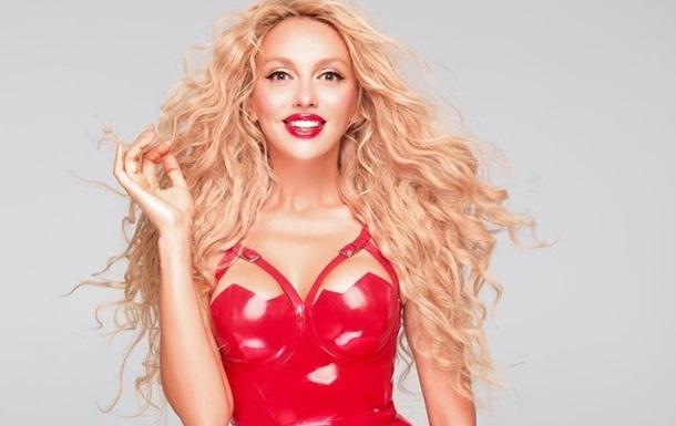 Популярна виконавиця з блакитними лінзами і ляльковим макіяжем змінилася до невпізнання.