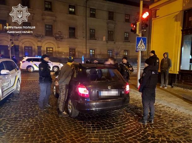Чоловіки вночі зняли термінал і відвезли його в машині. Через годину їх затримала поліція. Водій раніше був позбавлений прав за водіння під дією наркотиків.