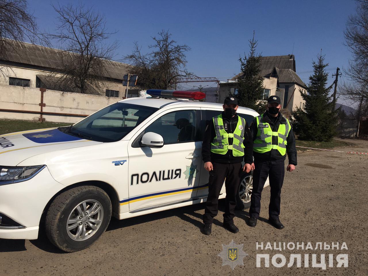 В Великоберезнянщине полицейские группы быстрого реагирования мгновенно доставили домой женщину со сломанной ногой.
