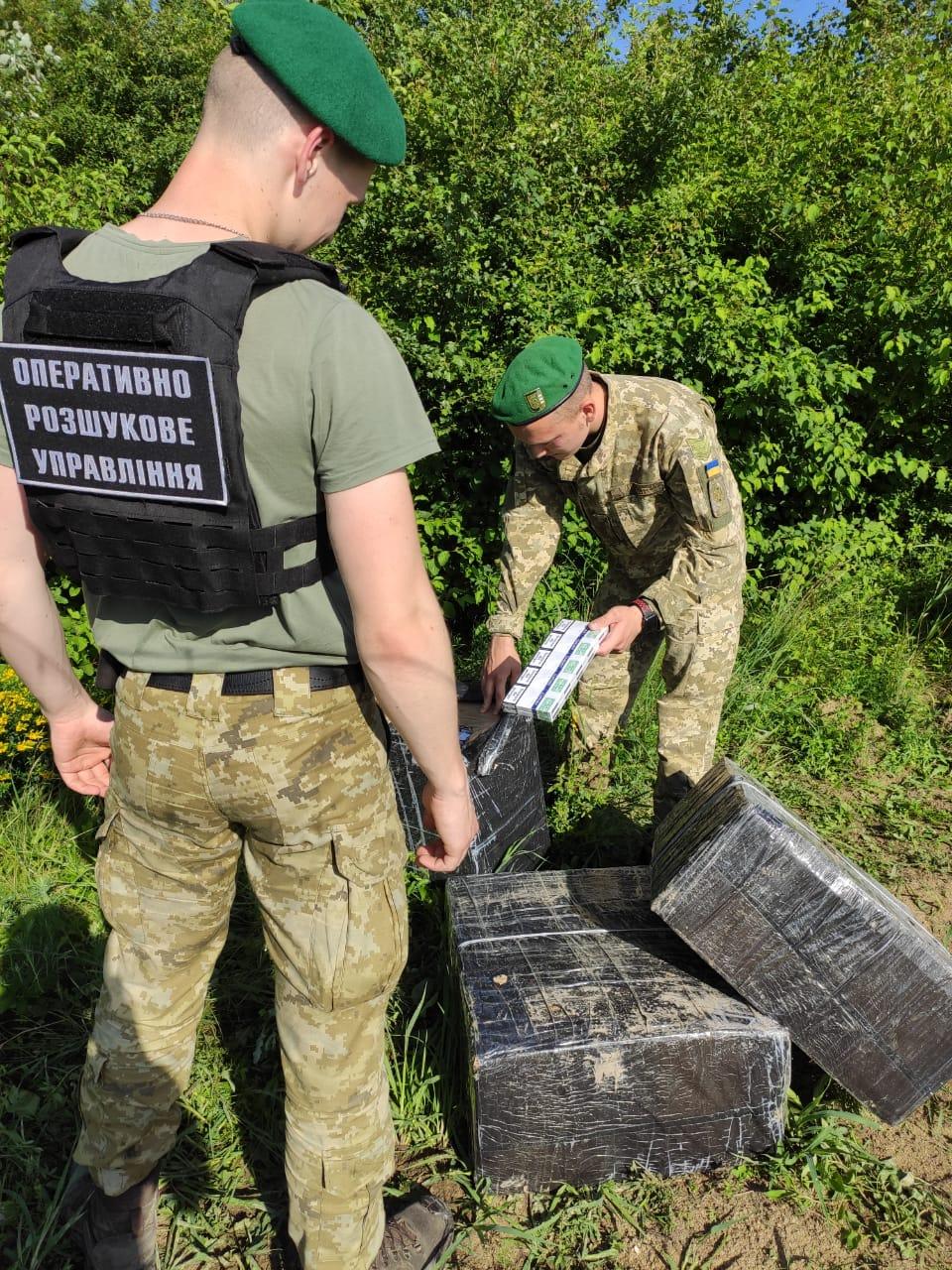 Спробі незаконного переміщення тютюнових виробів запобігли сьогодні прикордонники Мукачівського загону.