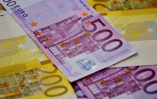 Єдина європейська валюта подешевшала на 25 копійок.