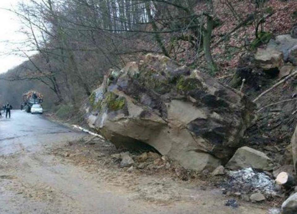 Між селами Нересниця та Ганичі на дорогу звалилася кам'яна брила.