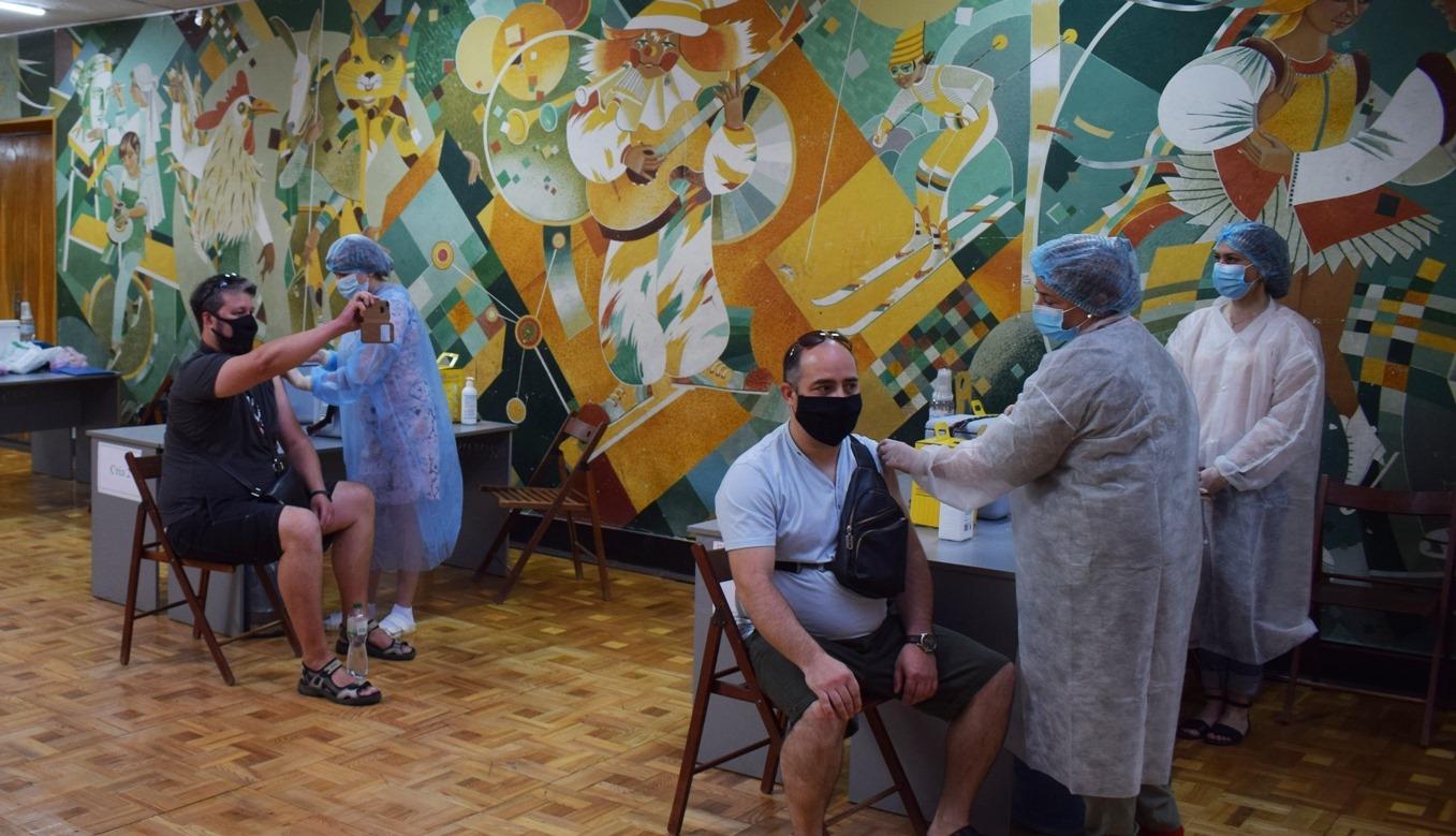 За перші 2 години роботи щепили 135 людей: в Ужгороді у ПАДІЮНі запрацював Центр вакцинації від COVID-19