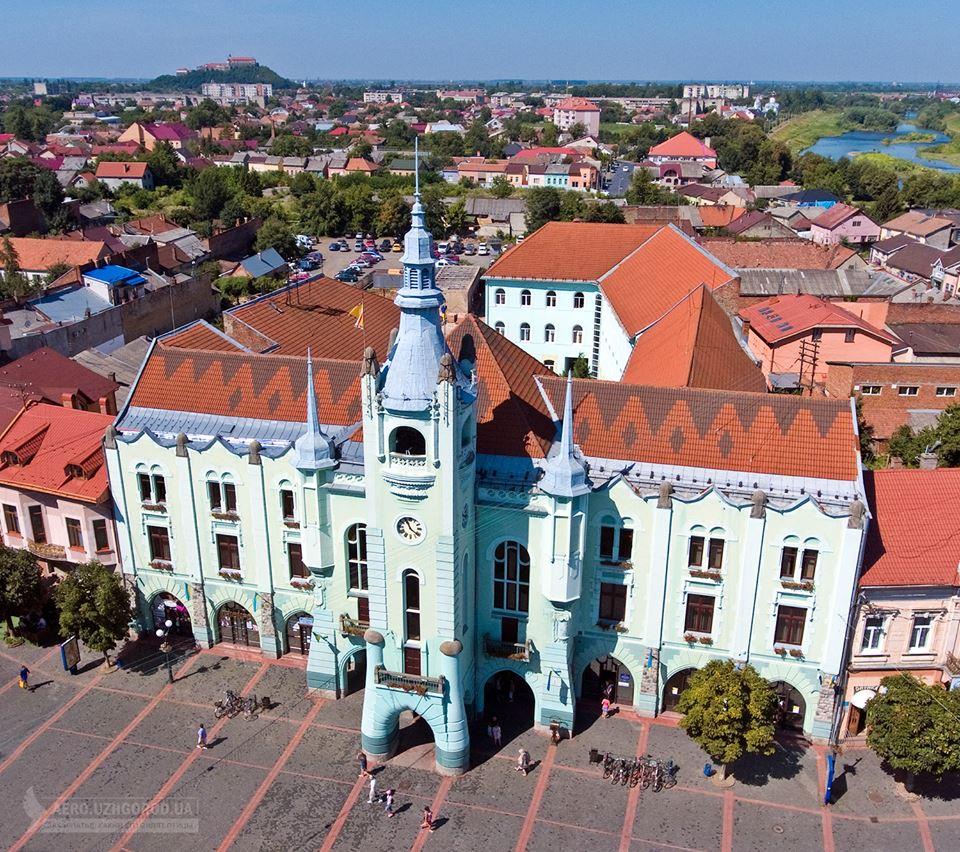 Неймовірні кадри! Будівлю ратуші в Мукачеві показали з висоти пташиного польоту
