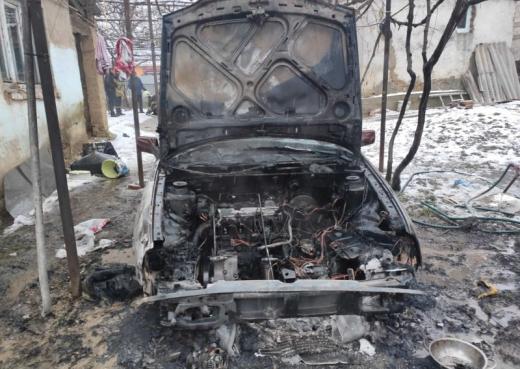 """Місцеві мешканці повідомили, що горить легковий автомобіль """"Volkswagen Polo"""" на території приватного дворогосподарства."""