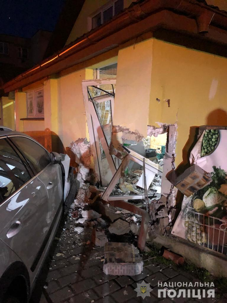 31-летний местный житель не справился с управлением и въехал в здание супермаркета.
