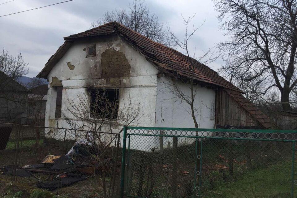 """Телефонували стурбовані сусіди, коли побачили як з будинку йде густий дим та виривається полум""""я."""