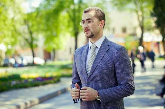 Студентом, який поцілив у 2004 році в екс-президента України яйцем, виявився нинішній заступник голови Івано-Франківської ОДА Дмитро Романюк.