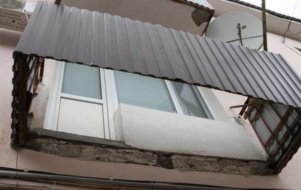 Чоловіки впали з третього поверху споруди, що знаходилася в стадії демонтажу. Від їх ваги завалилася бетонна плита, що залишилася від балкона.