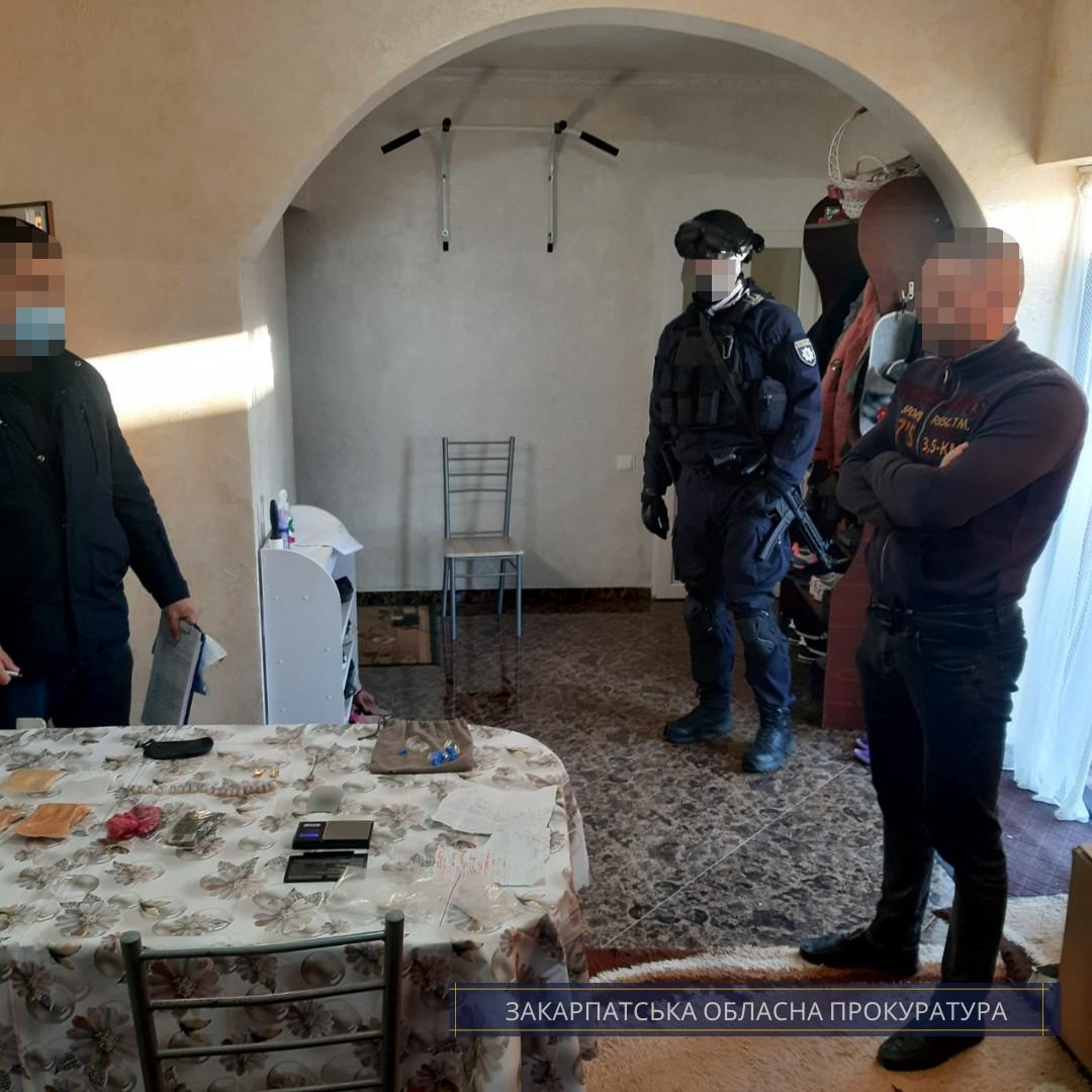 Мешканцеві Мукачівщини обрано запобіжний захід за підозрою у зберіганні особливо великої партії метамфетаміну та канабісу.