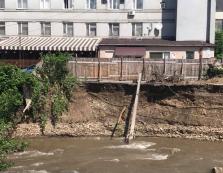 Будівля казначейства у Сваляві щомиті може впасти в річку