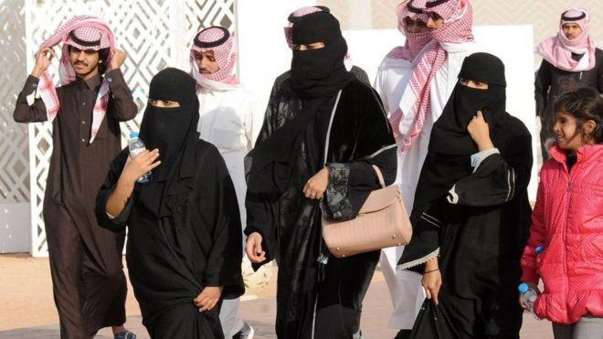 У Саудівській Аравії жінки протестують проти обмежень у виборі одягу - ВВС