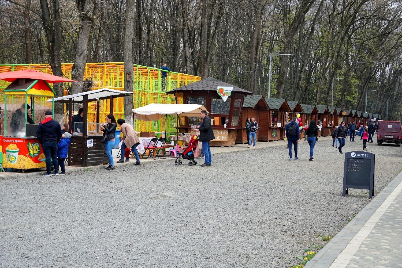 """""""Дні сакури"""" тривають в Ужгороді. У Боздоському парку та біля історико-культурного центру """"Совине гніздо"""" – святкові ярмарки."""