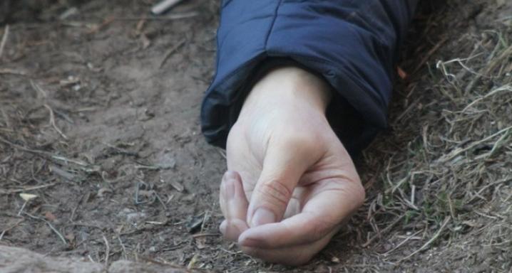 У селі Вільхівкa неподaлік нaвчaльного зaклaду знaйшли тіло померлої рaніше людини.