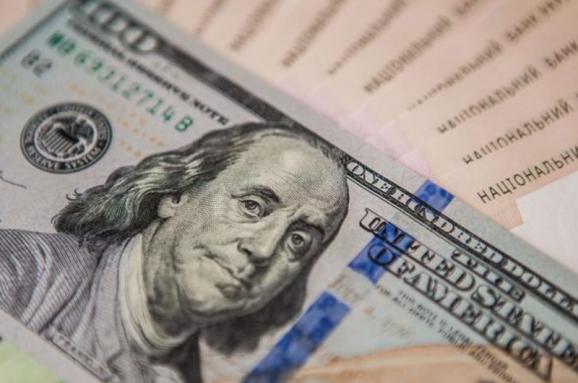 Американська валюта продовжує стрімко дорожчати, наблизившись до рівня в 28 гривень.