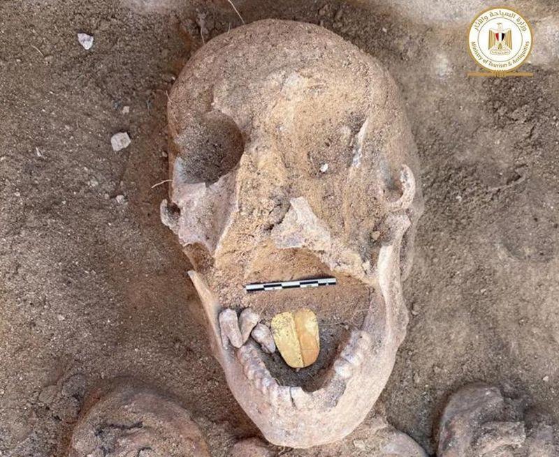 Во время раскопок на севере Египта археологи обнаружили мумии с золотыми языками, сообщает Совет по древностям страны.