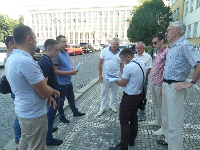 Жорстке протистояння між Закарпатською облпрофрадою та окружним адміністративним судом за право власності на Будинок профспілок на площі Народній, 5, в Ужгороді триває.