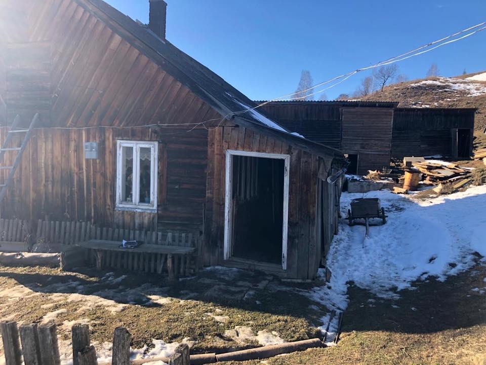 Закарпатські поліцейські спільно з рахівськими слідчими та оперативниками встановлюють обставини подвійної смерті у селі Лазещина на Рахівщині.