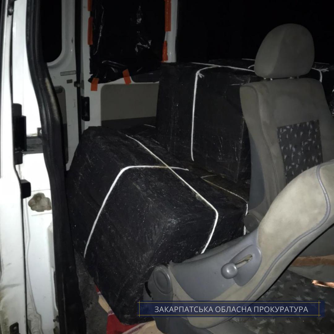 За клопотанням, погодженим прокурором Закарпатської обласної прокуратури, судом накладено арешт на мікроавтобус «Ford Transit» та виявлені у ньому понад 15 тис. пачок безакцизних сигарет.