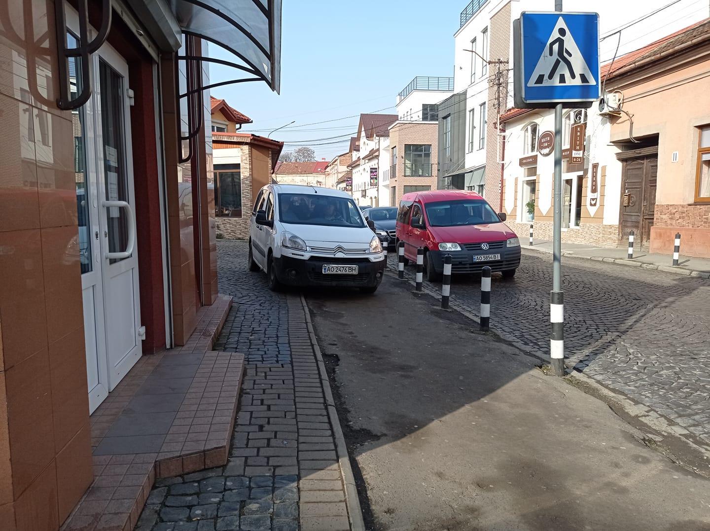 Автомобіль Citroen заблокував на тротуарі рух для пішоходів.