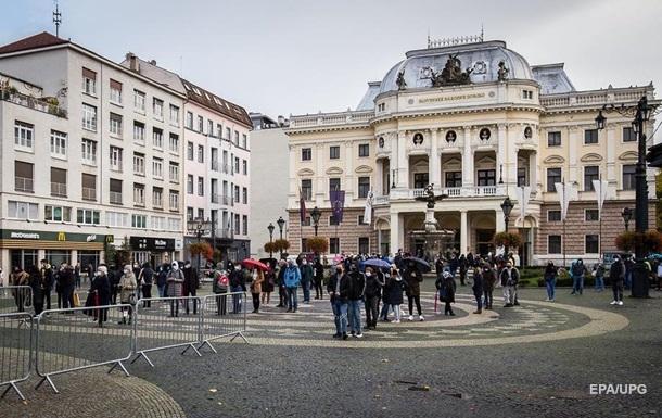 Громадяни, які відпочивали з початку року за кордоном, завезли нові штами коронавірусу. Тепер таких любителів закордонних подорожей будуть штрафувати на € 1 тис.