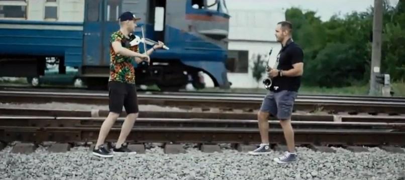 Відеоролик знімали між залізничними коліями, на фоні потягів.