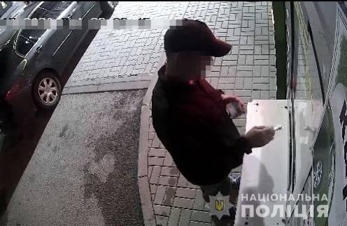 До Берегівського відділу поліції звернулася місцева мешканка, яка повідомила, що з її будинку зникли гроші в іноземній валюті.