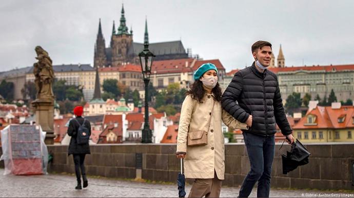 Добове число заражень коронавірусом у Чехії за останні 24 години вперше перевищило 15 тисяч.
