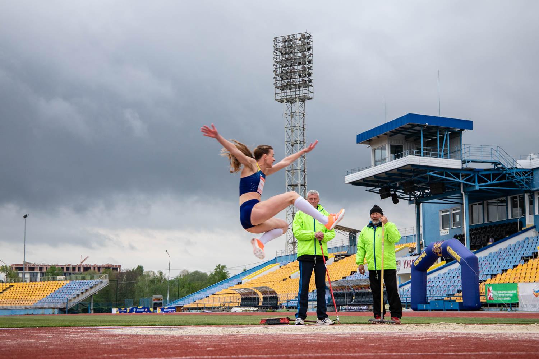 За Гран-прі на призи екс-рекордсмена світу, учасника п'яти Олімпіад Ігоря Тер-Ованесяна змагалися сьогодні в Ужгороді на стадіоні «Авангард» 11 спортсменів.