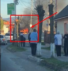 У місті посеред білого дня на вулиці палав автомобіль.