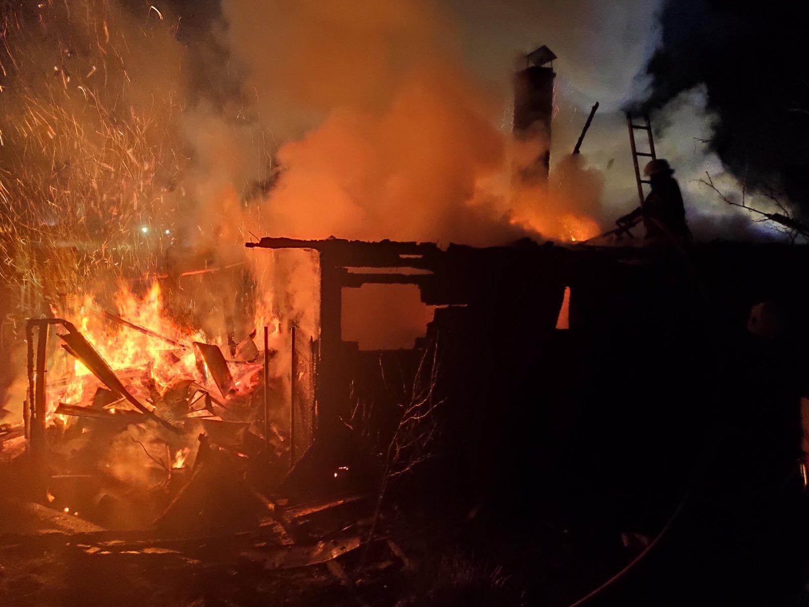 Сьогодні рано-вранці ужгородським вогнеборцям довелося гасити дві пожежі в житловому секторі майже одночасно.