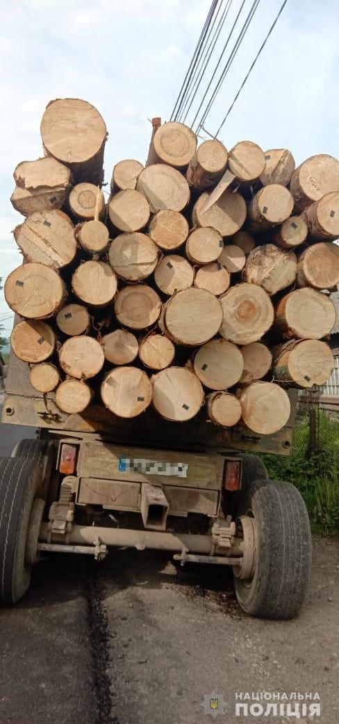 Інспектори групи реагування патрульної поліції Рахівщини зупинили у районному центрі вантажний автомобіль з деревиною.
