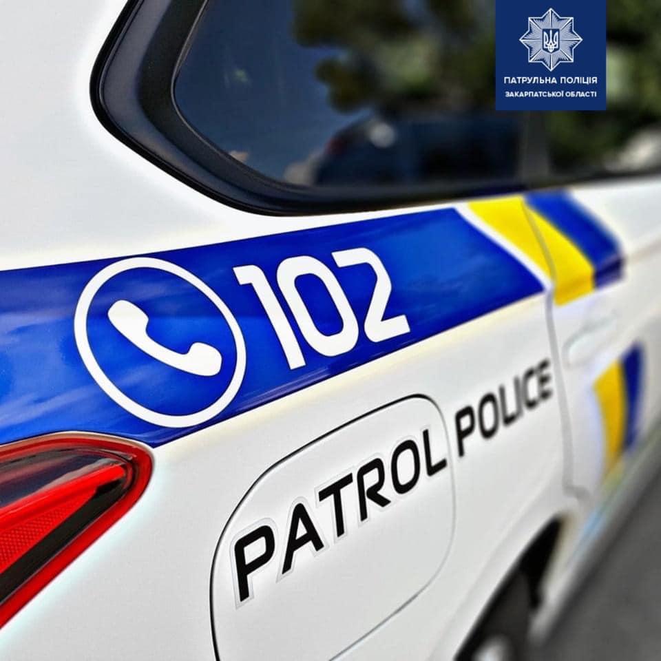 Патрульні притягнули до відповідальності водія, який, ймовірно, керував напідпитку, а також пропонував їм хабар.