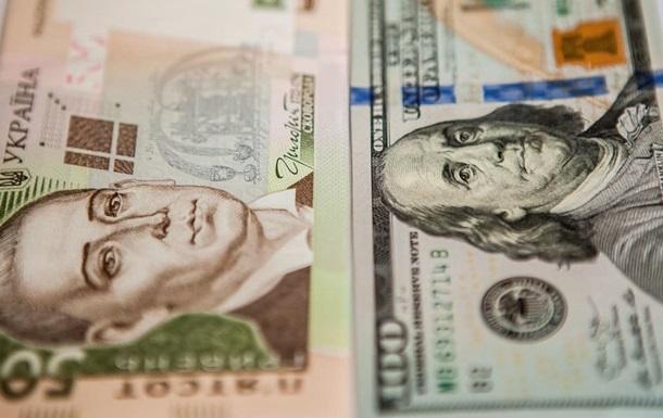 Курс американської валюти підвищили ще на 44 копійки, до 27,05 гривні, а євро подорожчав ще на 20 копійок.