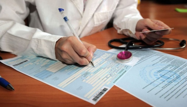 Протягом кількох місяців через відсутність бланків листків непрацездатності в усіх регіонах України лікарі видавали довідки про тимчасову непрацездатність.