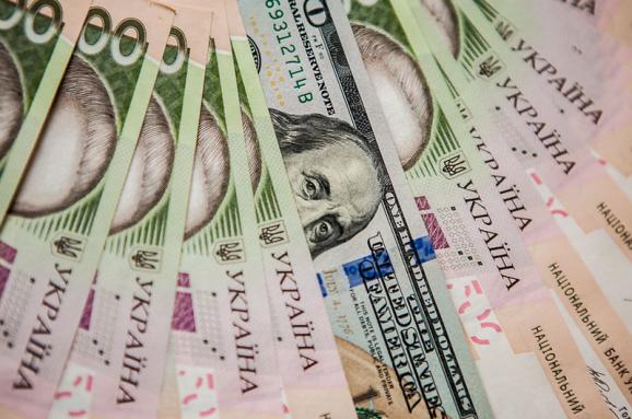 Нацбанк продовжує опускати долар: в останній раз нижче він був 17 березня. У той же час щодо євро гривня трохи ослабла