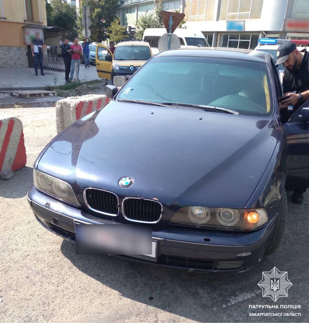 Як повідомляють в пресслужбі патрульної полції Закарпаття, це трапилося вчора, на площі Шандора Петефі, в Ужгороді. Близько 14-ї години інспектори зупинили авто BMW за порушення ПДР.