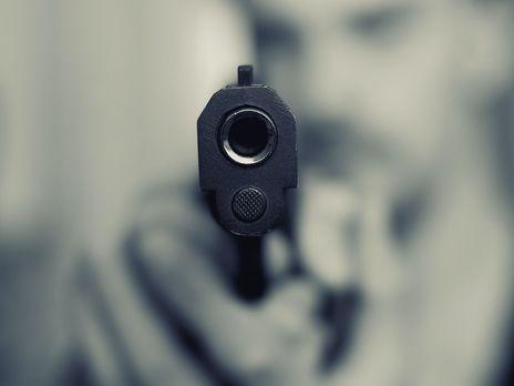 Увечері у селі Верхній Коропець невідомі особи застосували зброю, після чого втекли. Тепер на місці події працює поліція, яка з'ясує усі обставини злочину.