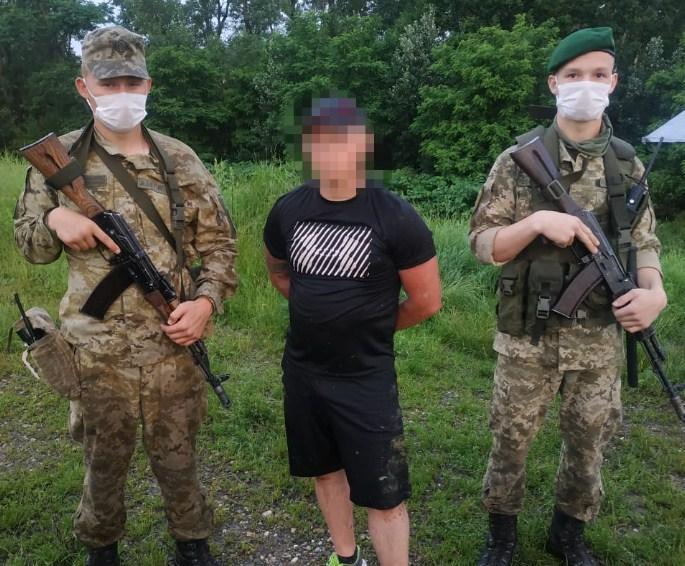 Жодних документів у чоловіка не було, прикордонникам він повідомив, що є громадянином України.