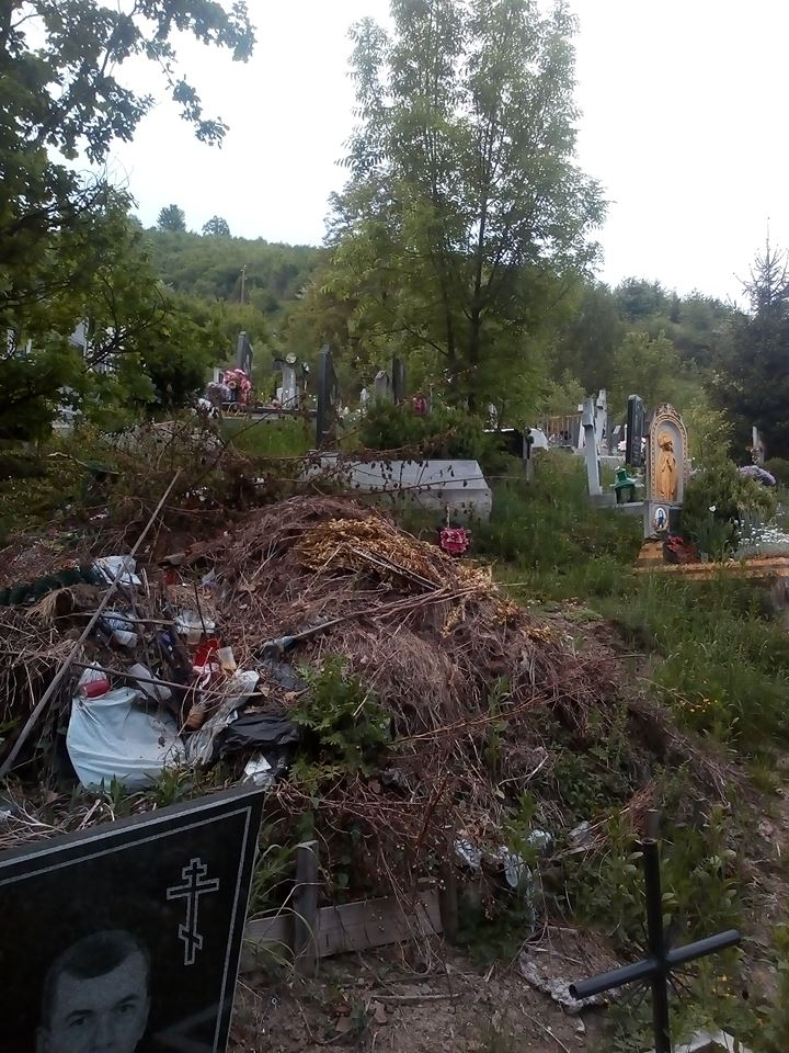Гори сміття на гірському кладовищі: цвинтар у Рахові завалило сміттям (ФОТО)